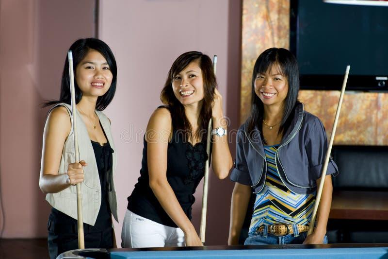 Aziatische vrouwen die pool spelen royalty-vrije stock foto