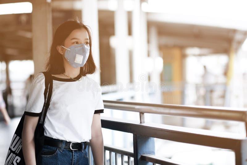 Aziatische vrouwen dragen maskers om de PM 2 te beschermen 5 verontreiniging stock afbeeldingen
