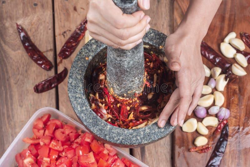 Aziatische Vrouwen kokende Ingrediënten voor het maken van Spaanse peperdeeg Thaise Rec royalty-vrije stock afbeeldingen