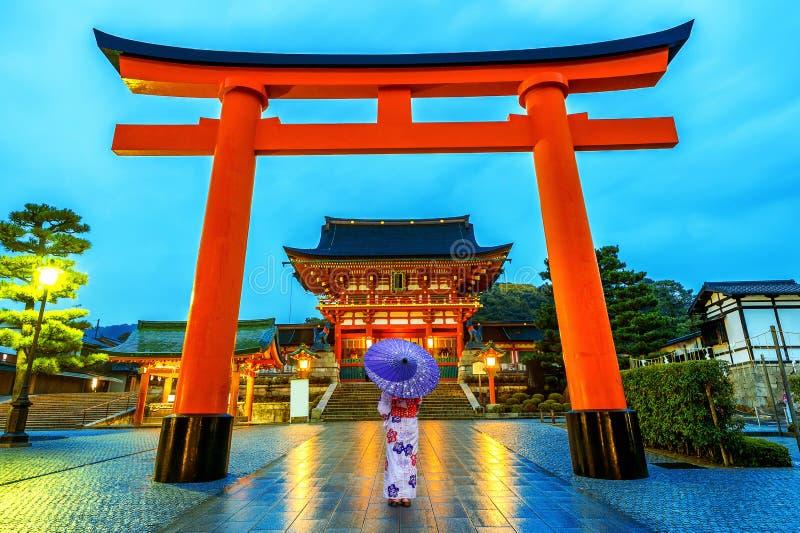 Aziatische vrouwen in traditionele Japanse kimono's bij het Heiligdom van Fushimi Inari in Kyoto, Japan royalty-vrije stock afbeelding