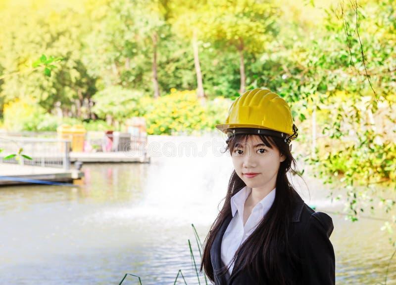 Aziatische vrouweningenieur royalty-vrije stock fotografie
