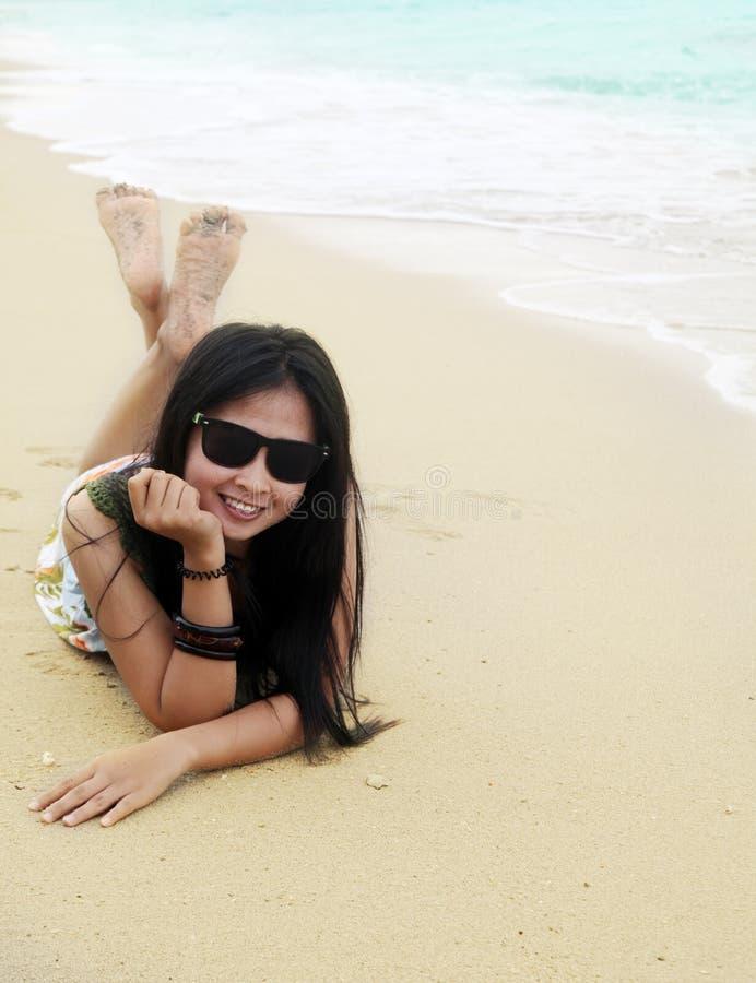Aziatische vrouwenvakantie bij strand royalty-vrije stock afbeelding