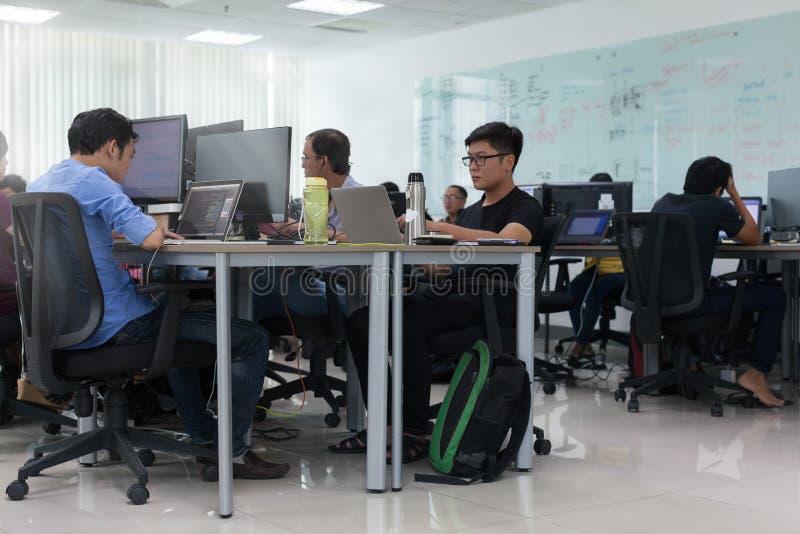 Aziatische Werkende Laptop van Zakenmansitting at desk Computer royalty-vrije stock fotografie
