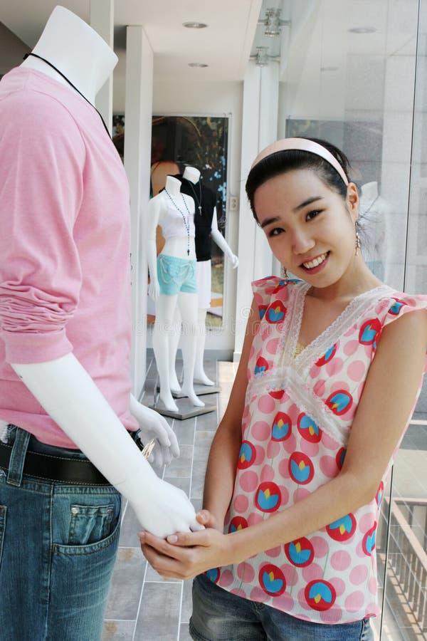 Aziatische winkelmedewerker en ledenpop stock foto