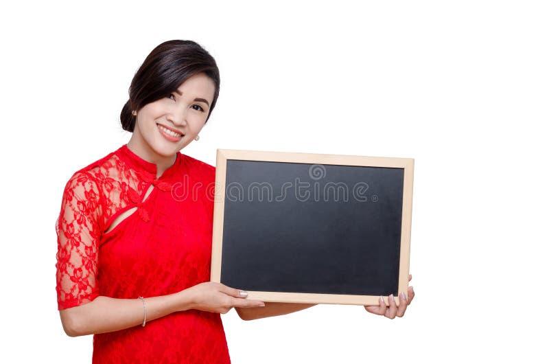 Aziatische womanl in rode kleding met bord stock fotografie