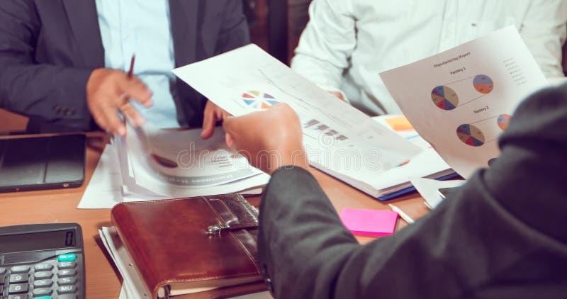 Aziatische zakenlieden en onderneemstersanalysedocumenten op bureaulijst met laptop computer en grafiek financieel diagram die bi royalty-vrije stock fotografie