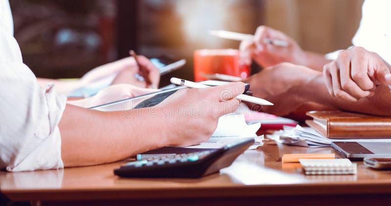 Aziatische zakenlieden en onderneemstersanalysedocumenten op bureaulijst met laptop computer en grafiek financieel diagram die bi royalty-vrije stock afbeelding