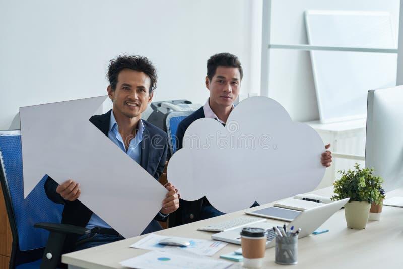 Aziatische zakenlieden met pictogrammen stock foto