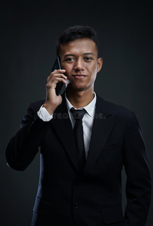 Aziatische Zakenman Calling met smartphone royalty-vrije stock fotografie