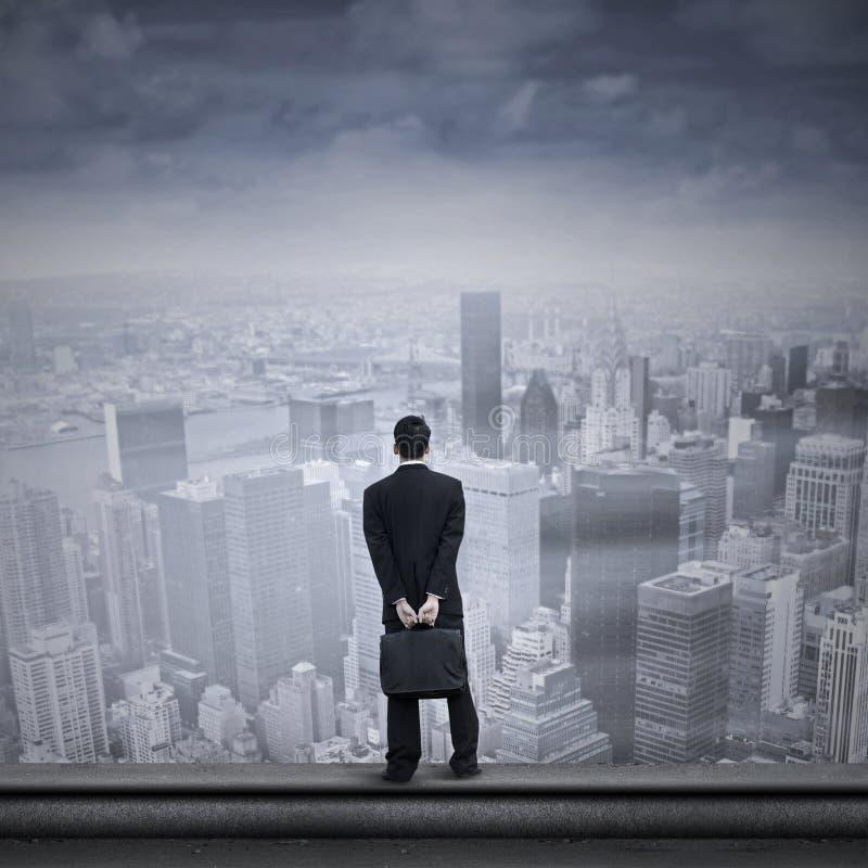 Aziatische zakenman die de toekomst onderzoeken royalty-vrije stock afbeelding
