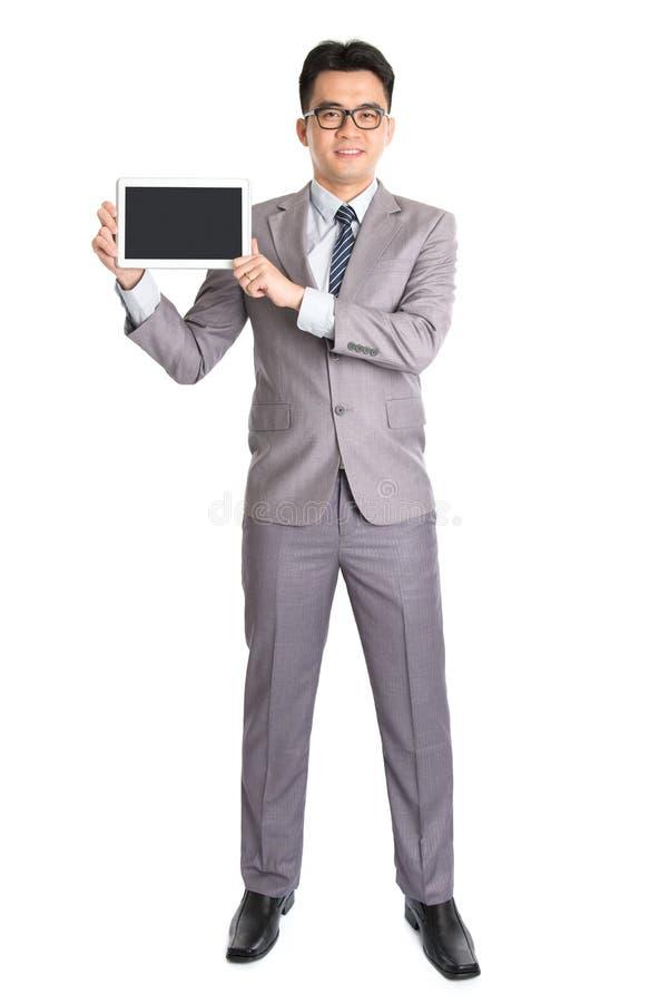 Aziatische zakenman die digitale computertablet voorstellen stock foto's