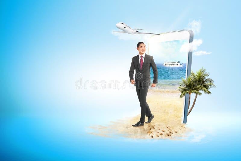 Aziatische zakenman die op het strand lopen royalty-vrije stock foto's