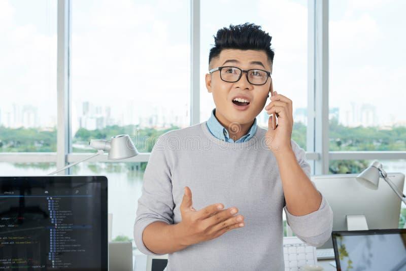 Aziatische zakenman die op smartphone spreken royalty-vrije stock fotografie