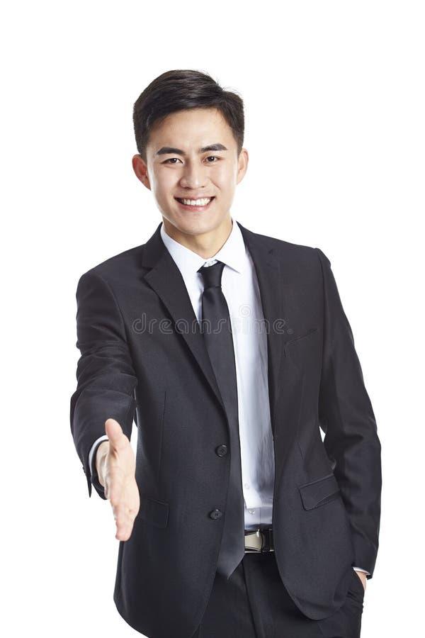 Aziatische zakenman die uit voor handdruk bereiken stock afbeelding