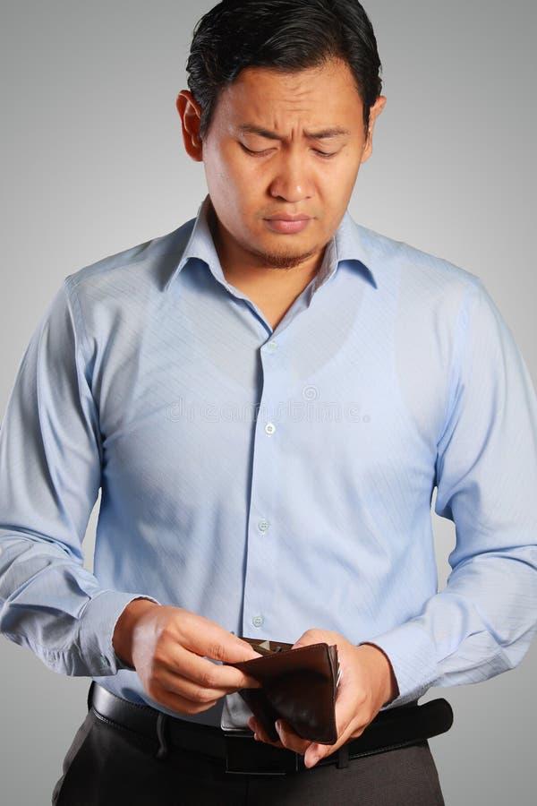 Aziatische Zakenman Looking Sad met Lege Portefeuille royalty-vrije stock foto