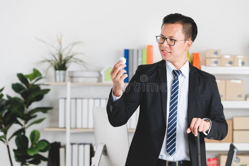 Aziatische zakenman op kantoor stock foto