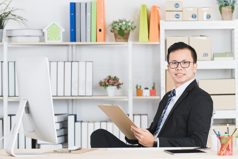 Aziatische zakenman op kantoor royalty-vrije stock afbeelding