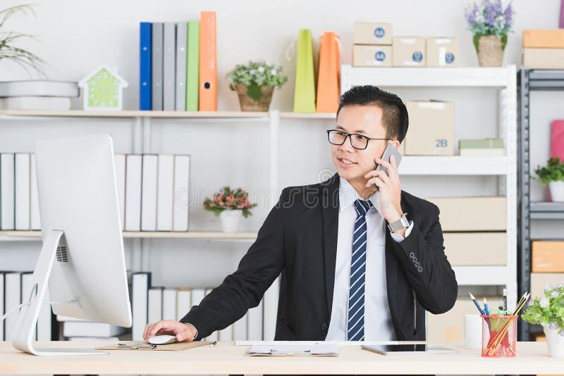 Aziatische zakenman op kantoor royalty-vrije stock afbeeldingen