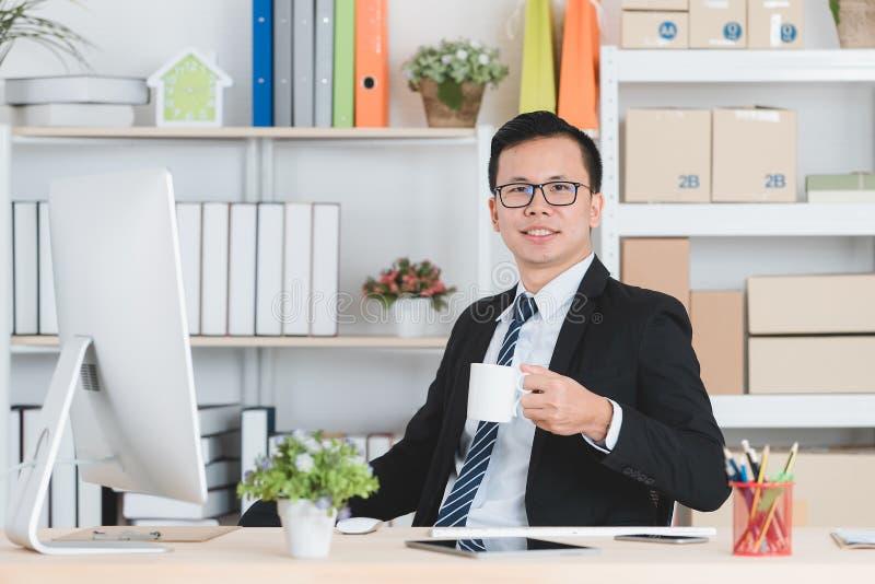 Aziatische zakenman op kantoor royalty-vrije stock foto