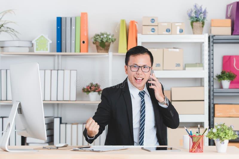Aziatische zakenman op kantoor royalty-vrije stock foto's