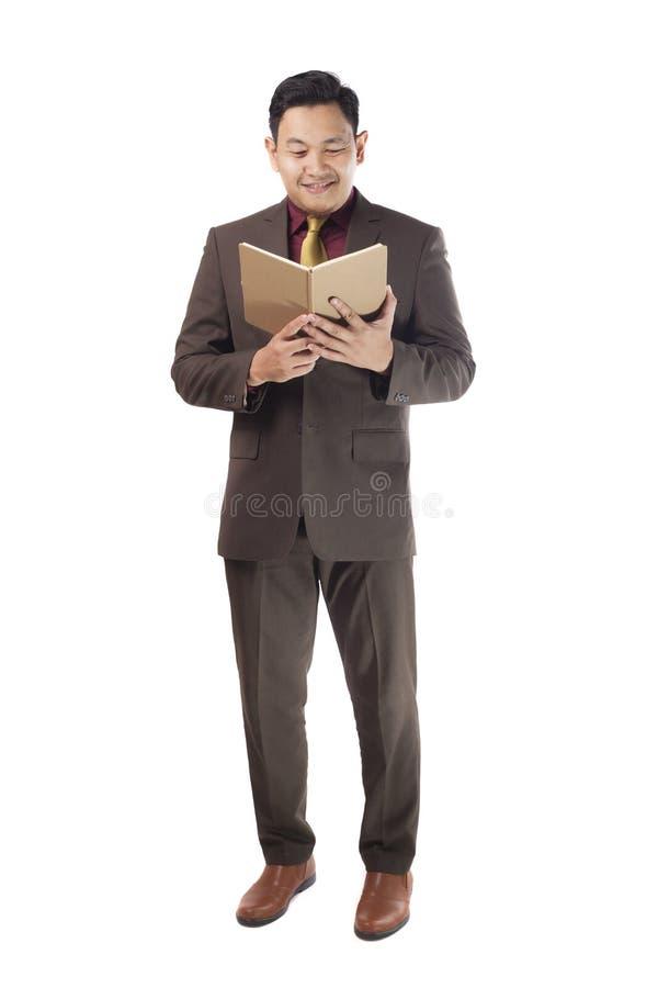 Aziatische Zakenman Reading een Boek royalty-vrije stock afbeelding