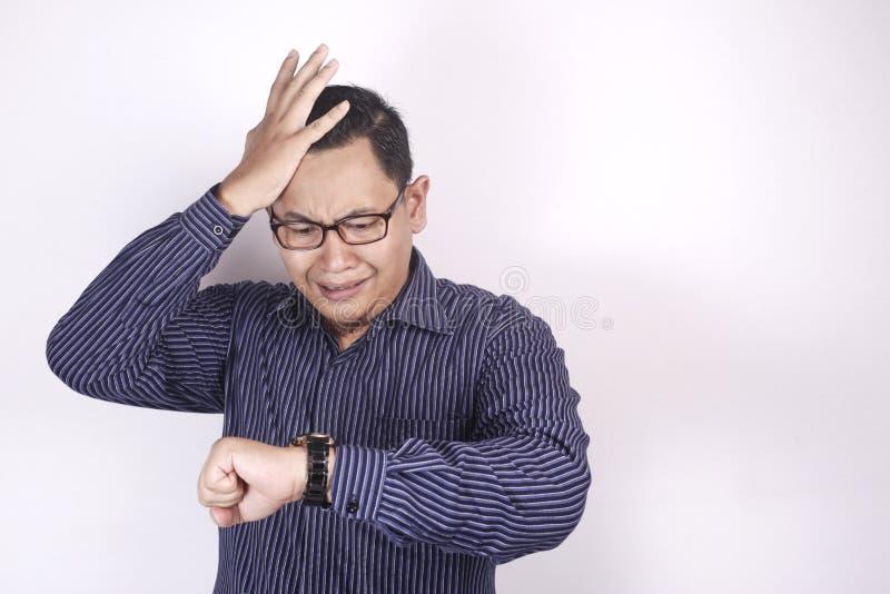 Aziatische Zakenman Worried tegen Tijd, de Spanning van de het Werkuiterste termijn royalty-vrije stock afbeeldingen