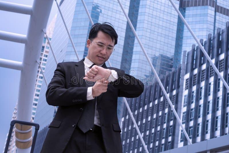 Aziatische Zekere het bedrijfsmens letten op tijd voor benoeming en m stock afbeelding