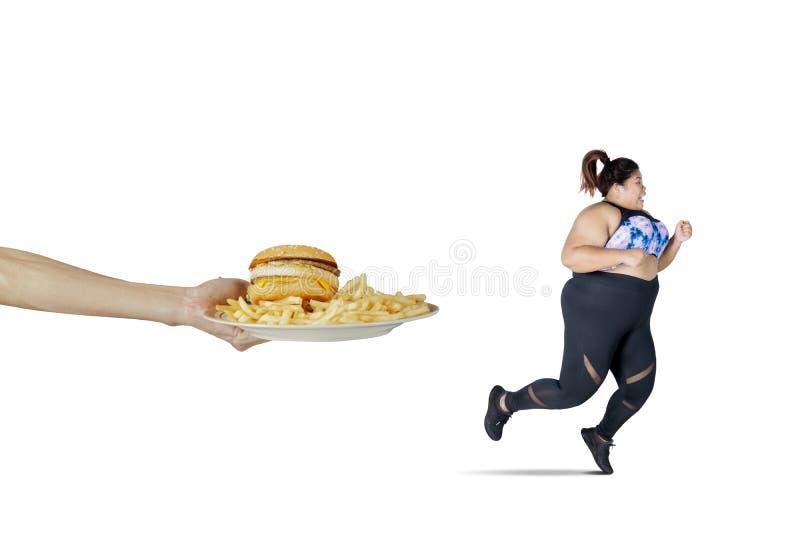 Aziatische zwaarlijvige vrouwenlooppas van snel aangeboden voedsel stock afbeeldingen