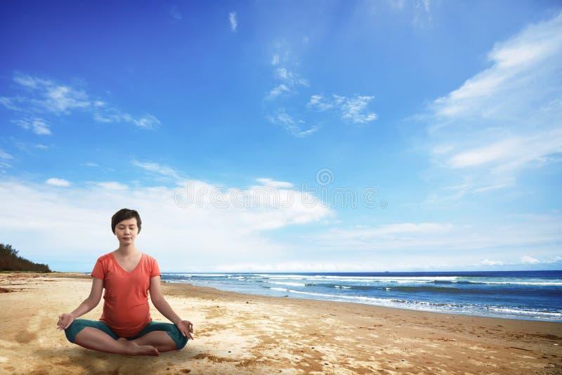 Aziatische zwangere moeder die yoga doen royalty-vrije stock foto