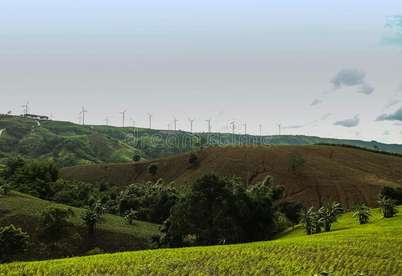 Azienda agricola del generatore di corrente del generatore eolico al fondo di tramonto immagine stock libera da diritti