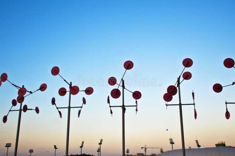 Azienda agricola del generatore eolico al tramonto fotografie stock libere da diritti