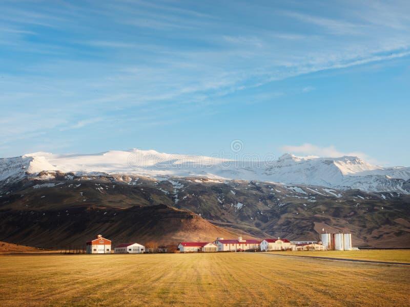 Azienda agricola di Thorvaldseyri e Eyjafjallajökull, sud Islanda nell'inverno fotografia stock libera da diritti