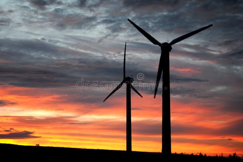 Azienda agricola di vento al crepuscolo fotografia stock