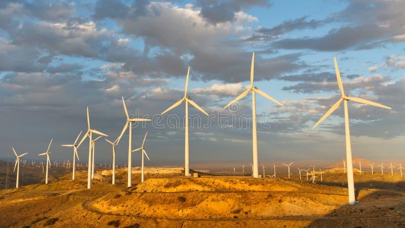 Azienda agricola di vento al passaggio di Tehachapi, California, S.U.A. immagine stock