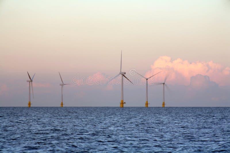 Azienda agricola di vento al tramonto fotografie stock libere da diritti