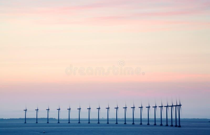 Azienda agricola di vento in mare aperto immagine stock