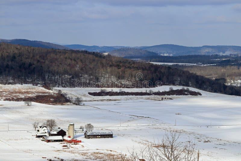 Azienda agricola e campi nevosi immagini stock libere da diritti