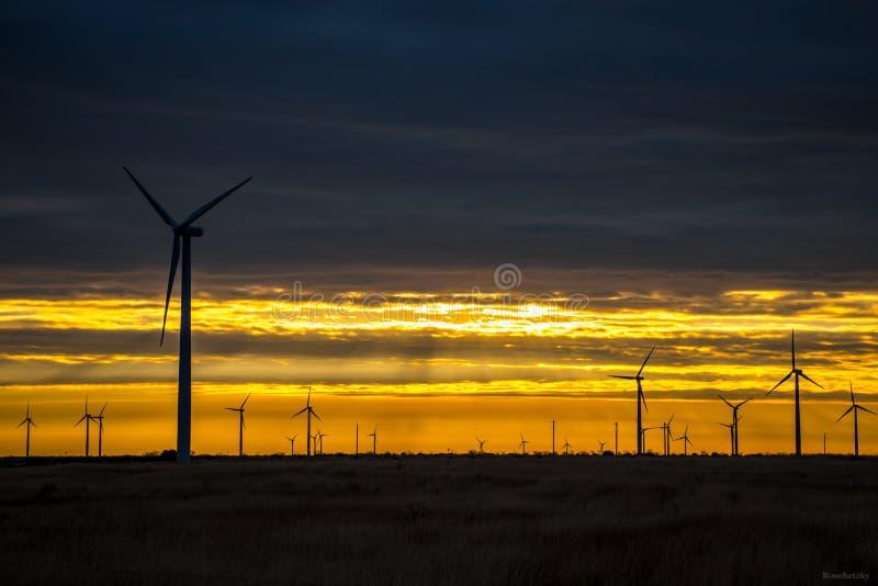 Azienda agricola Texas Sunrise Sunset ad ovest del generatore eolico immagini stock libere da diritti