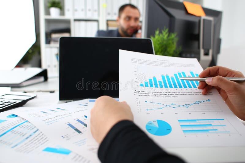 Azienda: documenti di studio presso gli uffici fotografie stock