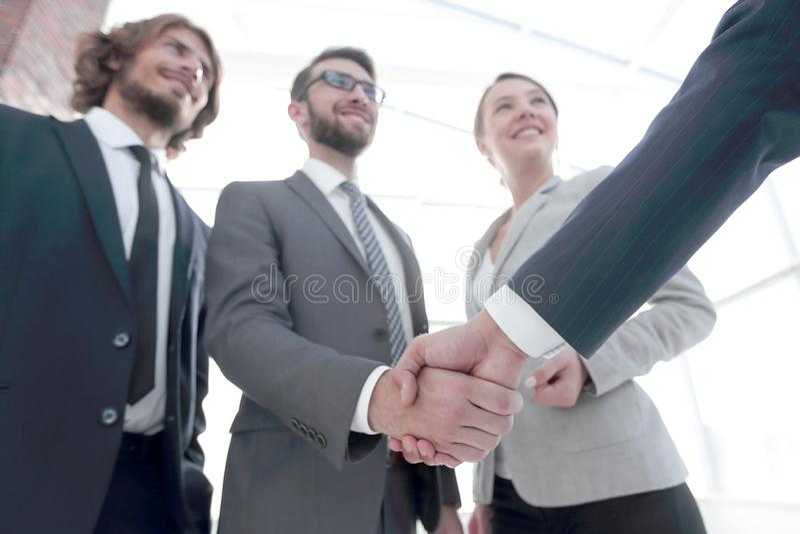 Azienda leader che stringe le mani con l'investitore fotografia stock libera da diritti