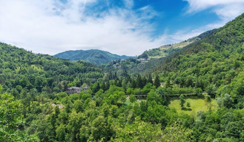 Aziende agricole del paese nella valle in Toscana fotografia stock