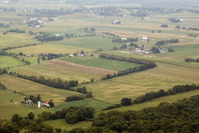 Aziende agricole e campi nebbiosi Maryland nessun cielo orizzontale immagini stock libere da diritti