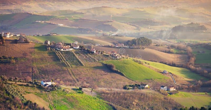 Aziende agricole e campi verdi sulle colline, Italia immagine stock libera da diritti