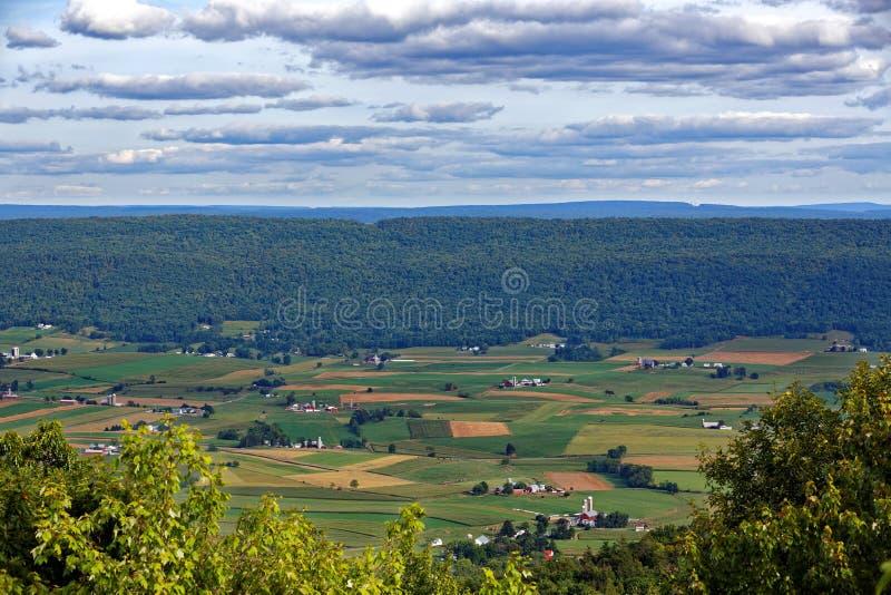 Aziende agricole nella grande valle della contea di Mifflin fotografia stock