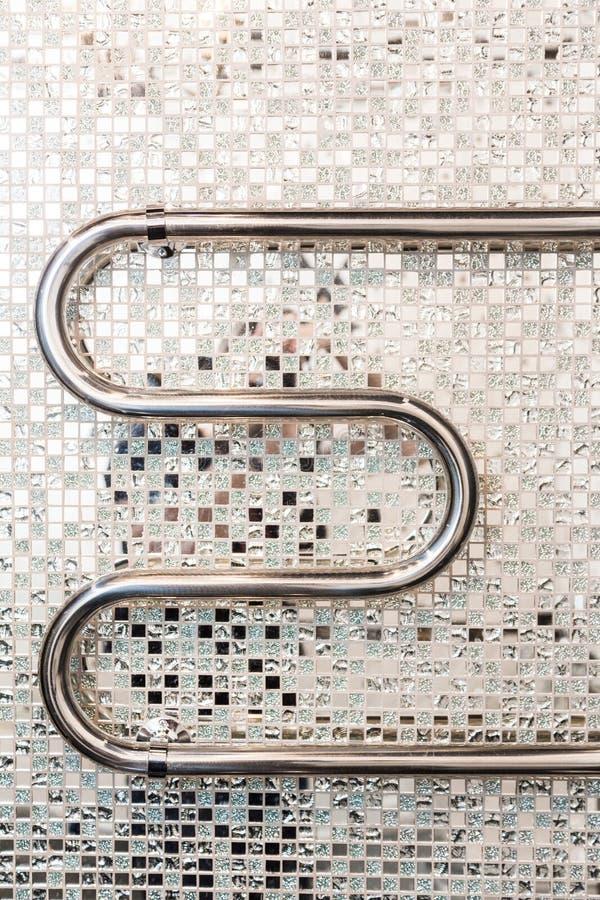 ?azienki wn?trze w art deco stylu Chromuje ręcznikową grzałkę na tle lustrzanej mozaiki ceramiczne płytki zdjęcia stock