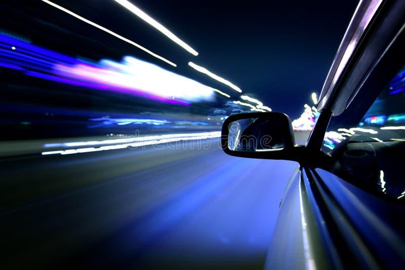 Azionamento dell'automobile di notte fotografie stock