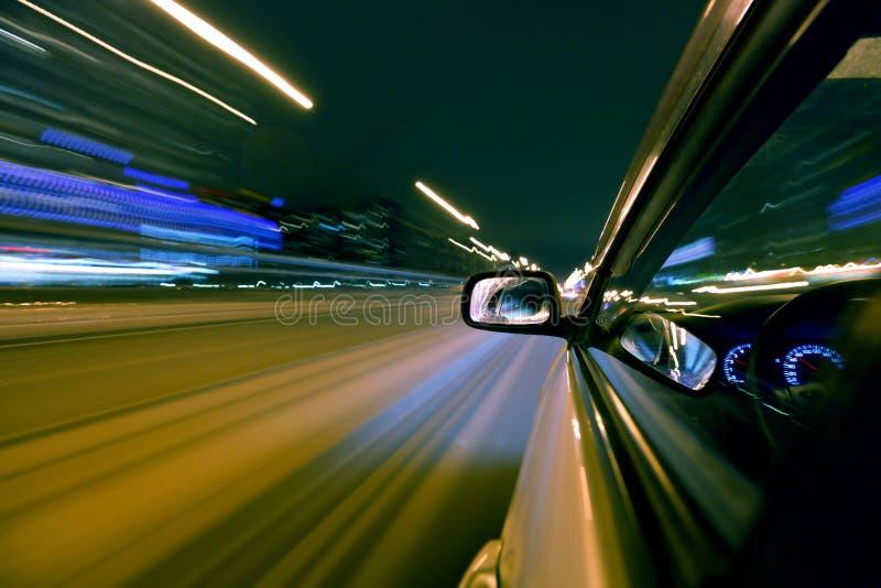 Azionamento dell'automobile di notte immagini stock libere da diritti