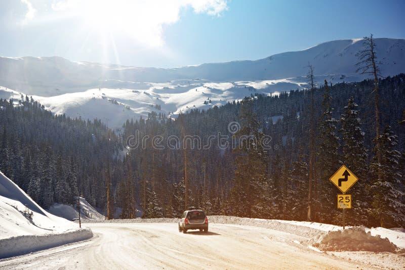 Azionamento delle montagne di inverno fotografia stock libera da diritti