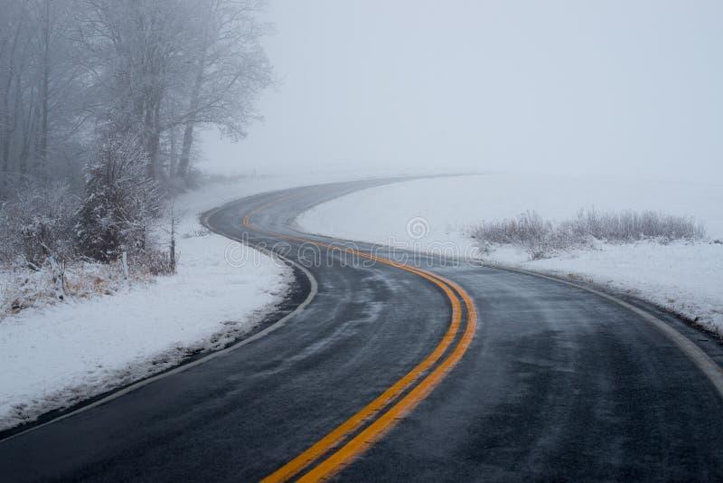 Azionamento di carreggiata nella nebbia fotografie stock libere da diritti