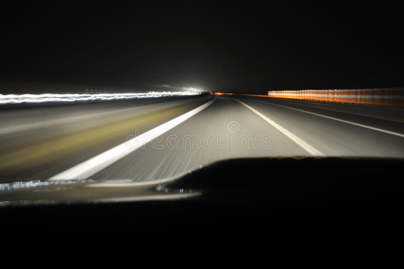 Azionamento di notte dalla vista dell'automobile immagini stock libere da diritti